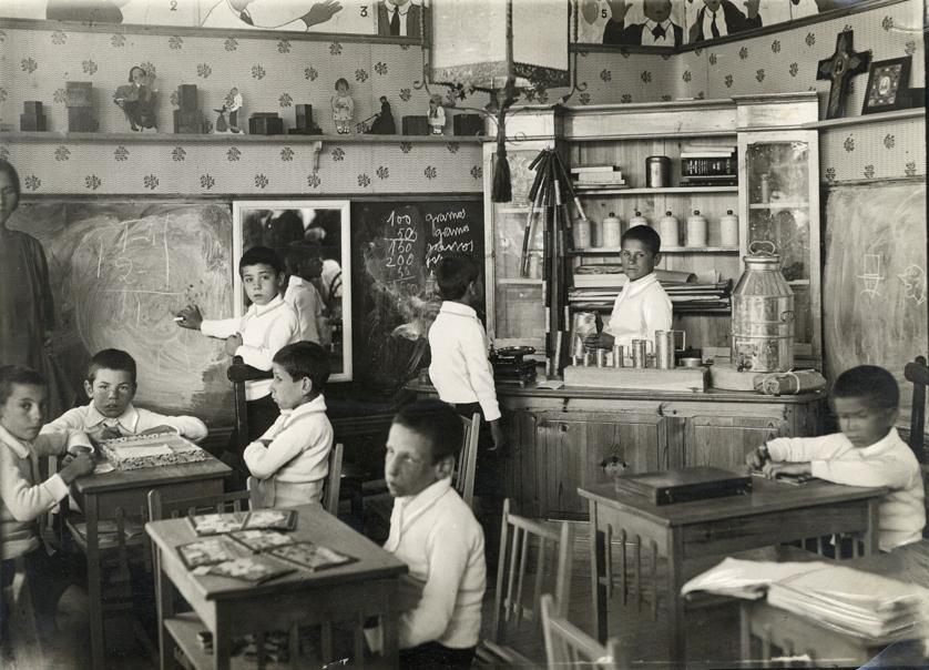 Aplicación de diversos métodos a sordomudos y ciegos en la Exposición Pedagógica de Madrid. Palacio de Bibliotecas y Museos, hacia 1925.