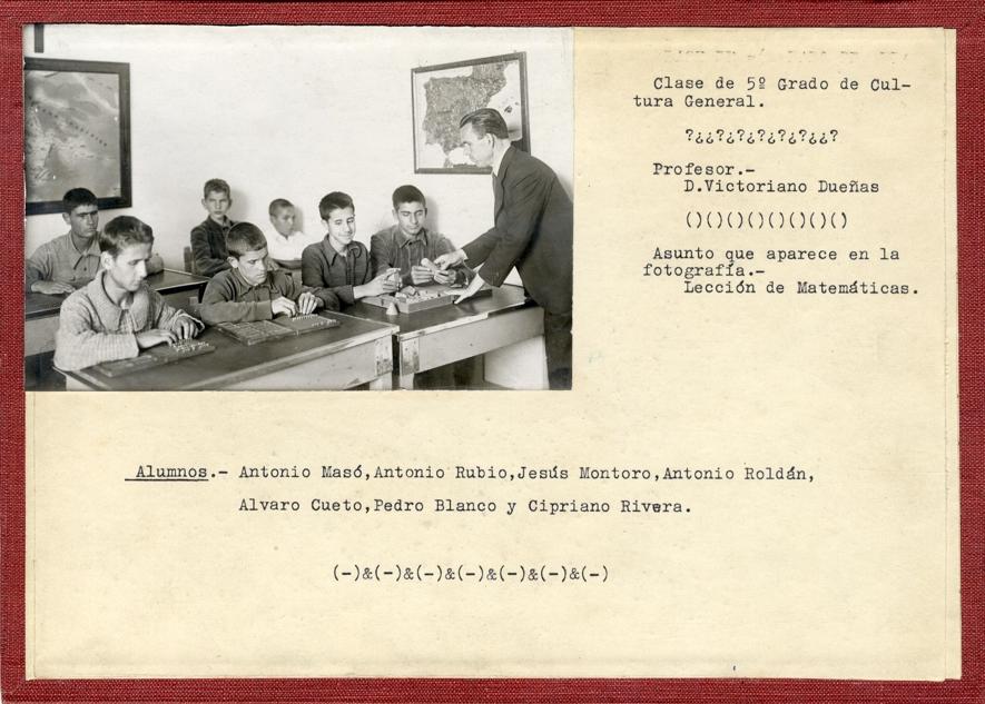 Lección de matemáticas. Fotografía sobre cartón. 5 de mayo de 1945.