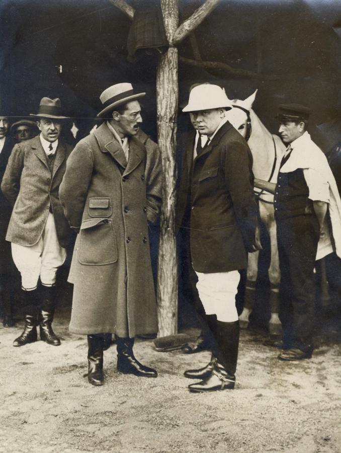 La imagen muestra al entonces ministro de Marina de Inglaterra, lord Winston Churchill, con el duque de Alba antes de disputar un partido de polo en la Casa de Campo, en Madrid. Esta imagen del político, nieto del duque de Marlborough, es de 1914