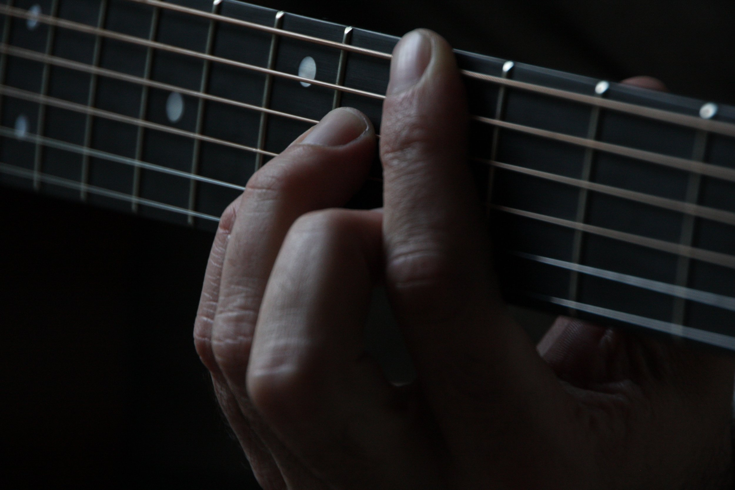 Playing the guitar, photo by Scott Gruber on Unsplash