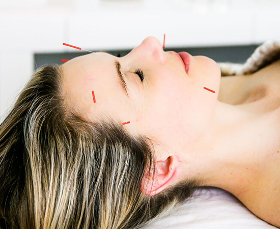 How Cupping Works   Using suction to create negative pressure on connective tissue and muscles, cupping increases circulation and loosens stiff muscles. Massage puts positive pressure on your body, yet massage paired with cupping increases circulation throughout.