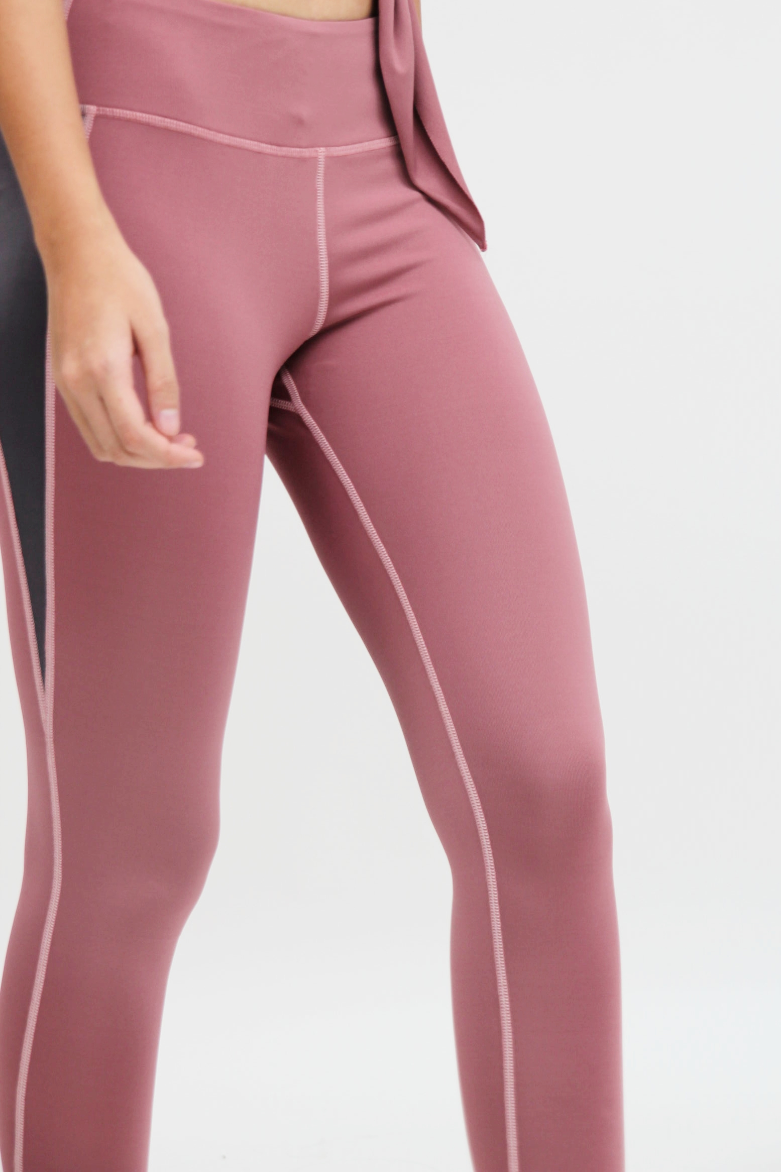 Skin-fit - Work with the bare minimum. A good pair of tights should never jeopardize functionality and quality. We don't compromise on comfort too- with the right size, they'll fit you like a second skin.