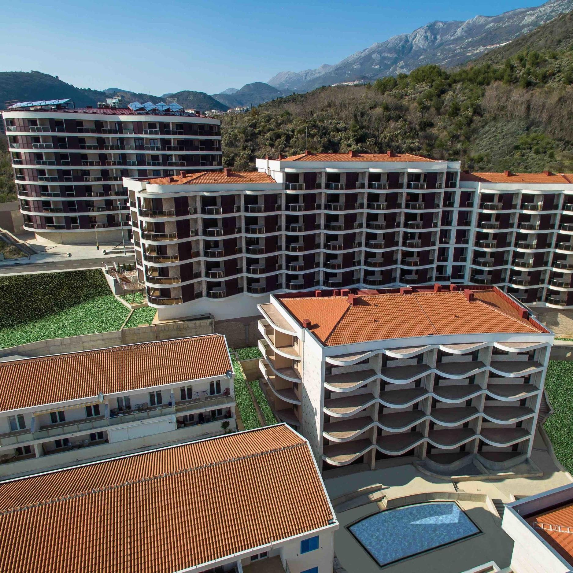Инфраструктура - Включает такие объекты как ресепшн, открытый бассейн, ресторан с панорамным видом на море, мини-маркет, солнечные панели.
