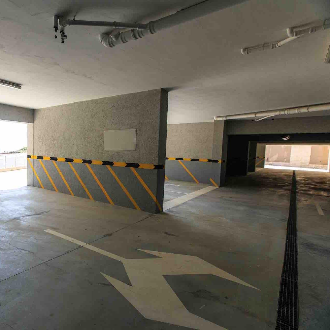 Подземный паркинг - Просторный подземный паркинг с лифтами из нержавеющей стали.