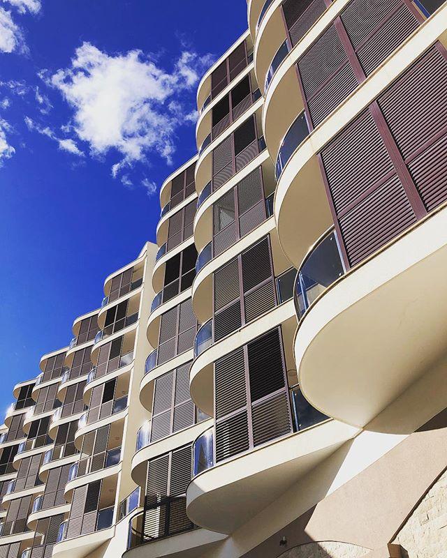 🏢 Жилой комплекс ANATOLIA New Becici - это продуманное, функциональное, комфортное жилье, соответствующее высоким европейским стандартам. 🔸Он современный, удобный, идеально приспособленный как для отдыха, так и постоянного проживания. 🔸Прекрасное место, чтобы растить детей и наслаждаться жизнью на берегу Адриатического моря. . Офис продаж в Бечичи: 📞 +382 67 000 217 (WhatsApp, Viber, Telegram) 📧 info@anatolia.me . P.S. Шикарный вид на море и горячий кофе всем гостям! . . . #недвижимостьдляотдыха #недвижимостьзарубежная #недвижимостьвчерногории #недвижимостьнаберегу #квартиранаморе #черногория #будва #бечичи #buyrealestate #realestate #property #propertymontenegro #montenegro #budva #becici #nekretnine #apartment #anatolia #newbecici #anatolianewbecici #buy #seaview