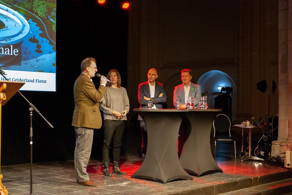 Sprekers Louise Vogel Kielgast, Bart Reuser en Reindert Augustijn in gesprek met moderator Jeroen Junte.