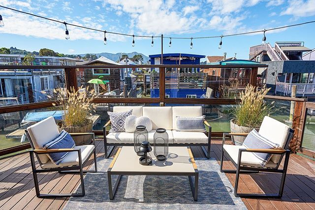 This one was hard to walk away from after staging, like, can we just move in though? . . #teamworkmakesthedreamwork with @joe.hosni and @pamelastiri, #dreamteam! . . . #sausalito #forsale #homestaging #bayarea #houseboat #docklife #staging #sfre #sfhomestaging #interiordecorator