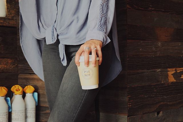 To go, please! Where's your favorite place to grab a cup of joe on-the-go? ☕️🏃🏽‍♀️ . . #reCUP #pienot