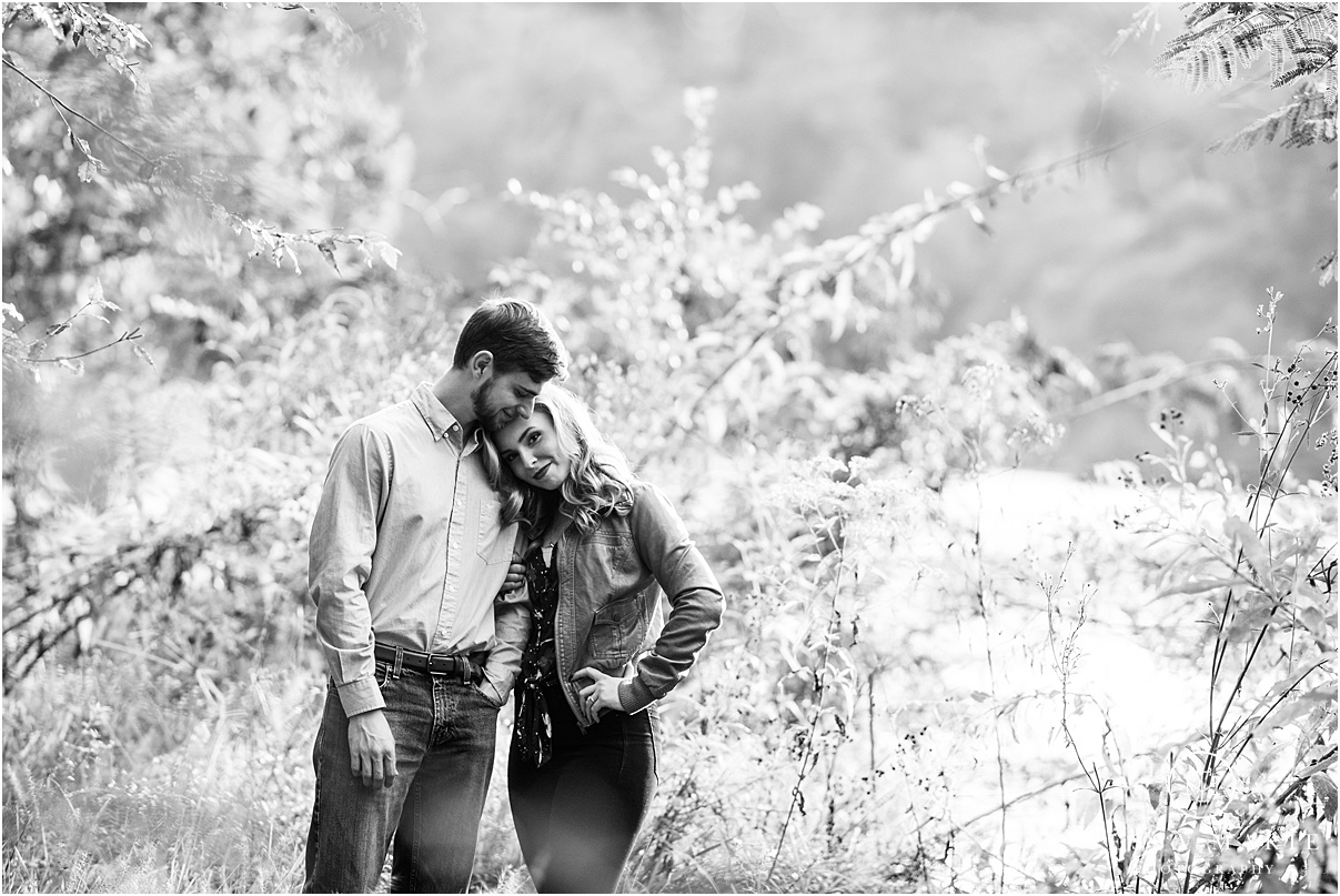 Tessa_marie_photography_wedding_photographer_engagement_pictures_river_engagement_0002.jpg