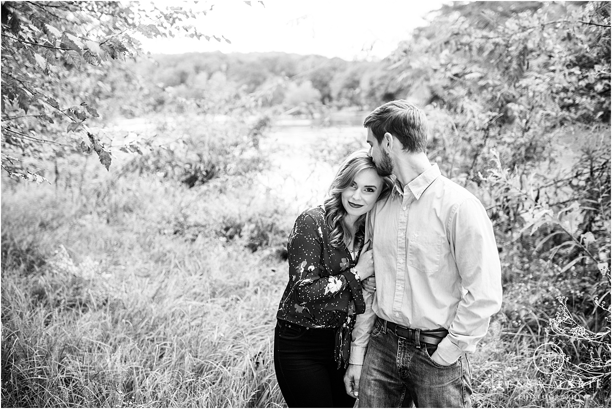 Tessa_marie_photography_wedding_photographer_engagement_pictures_river_engagement_0014.jpg