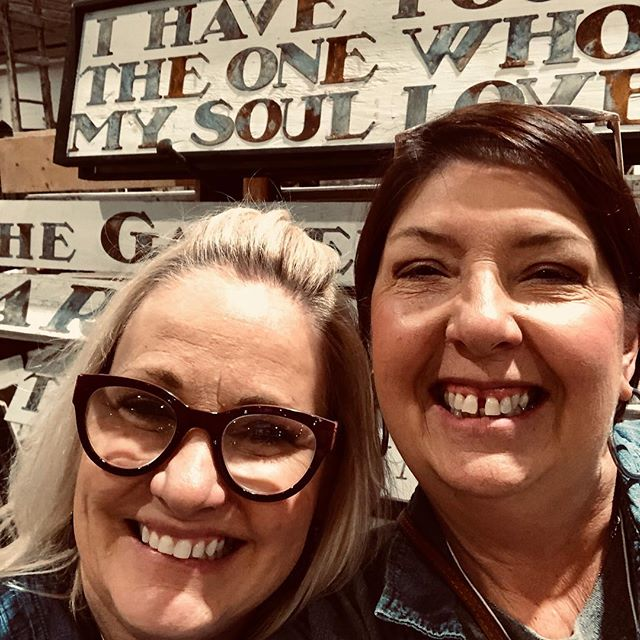 Grateful to spend time with Stayci @thetincangypsy who makes beautiful tin signs and much more. So fun sharing stories of junking, small business and of course future events to showcase our fabulous treasures!! 💕 You rock, girl 🤩 . . . #tincangypsy #farmhousecomforts #countryliving #vintage #signworks #vintagedecor #friends #smallbusiness #shoplocal