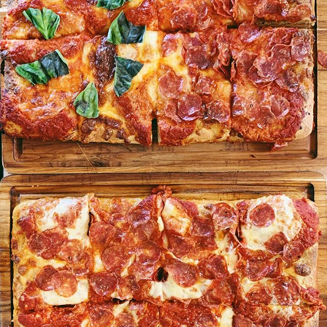 We know what you're looking at! 👀 👀 How do your like your SICILIAN SLICE? Comment with 🌱 for traditional or 🍕 for pepperoni! We'll let you know the winner in our stories tomorrow! #pizzabattle #sicilianpizza #grandmaslice #hiptobesquare