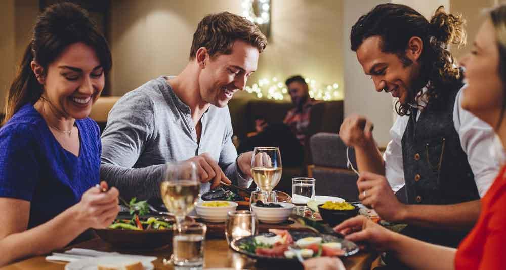 Gut ist gut, aber nicht alles: Gäste sind ernährungsbewusst und haben damit steigende Anforderungen an das Angebot in Restaurants. (Bild: Shutterstock)