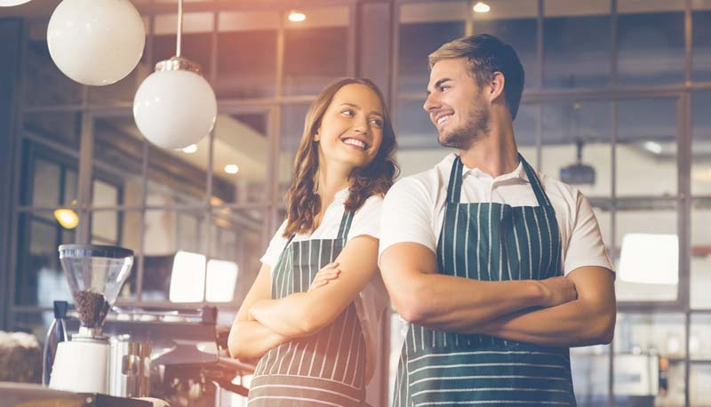 Zufriedenes Personal? Mit ein paar Veränderungen lässt sich da viel verbessern und gute Mitarbeiter halten. (Bild: shutterstock)