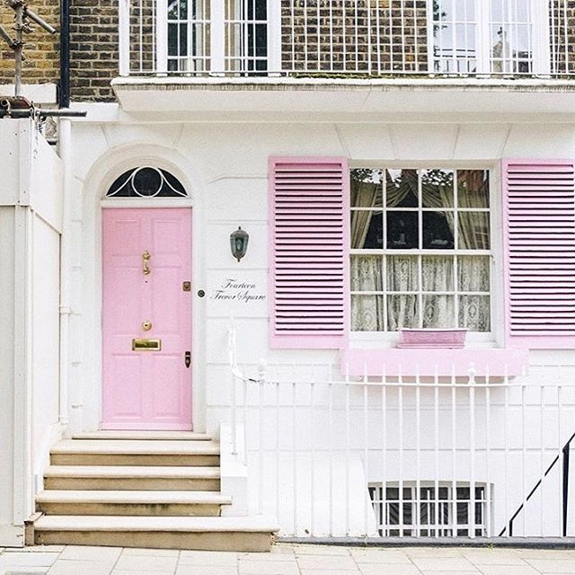 Our beautiful city 🌸 🇬🇧 Could not pass this house without taking a picture 👌🏼 . . . . . #photography #instapic #instalondon #london #facade #facadelovers #pinkfacade #pink #pinklondon #voletsroses #pinkdoor #porterose #londres #instahub #instadaily #instagram #londonforall #languagelearning #languageschool #kensington #chelsea #kensingtonmums #learnenglish #learn #learnlikeanative #nativetutors