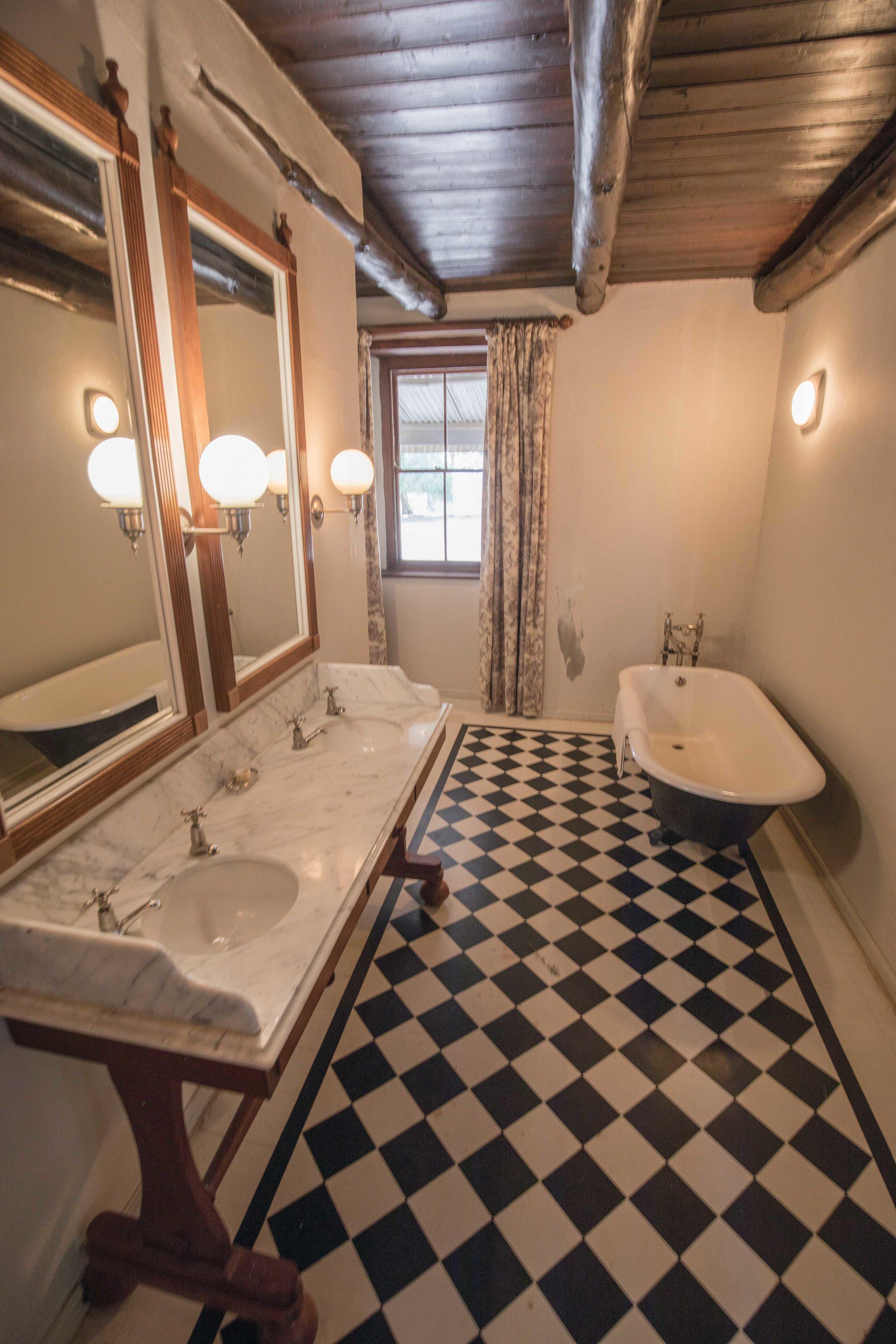 Madras Violet bathroom