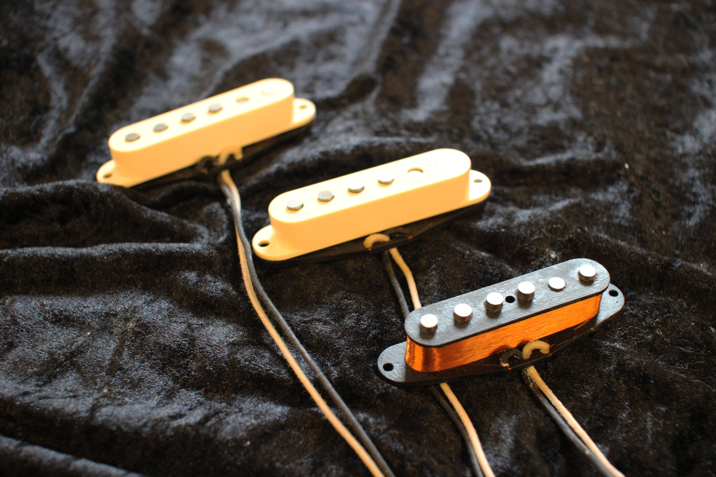'62 SLABBER - Based on the early 60's Pre-CBS era Strat Pickups. The '62 Slabber are slightly hotter than the 50's pickups and are also wound over Alnico 5 magnets, giving more definition and pick attack to warmer Roswood (Slab) Fingerboards.