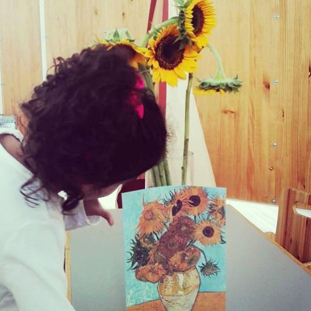 Esta semana nos encontramos con los girasoles de Van Gogh! Hicimos ejercicios de observación, hablamos sobre los colores, probamos las semillas, jugamos y creamos juntos! Gracias Van Gogh por llenarnos de luz con esta obra. ¡Feliz fin de semana! 🌻🍊🧡