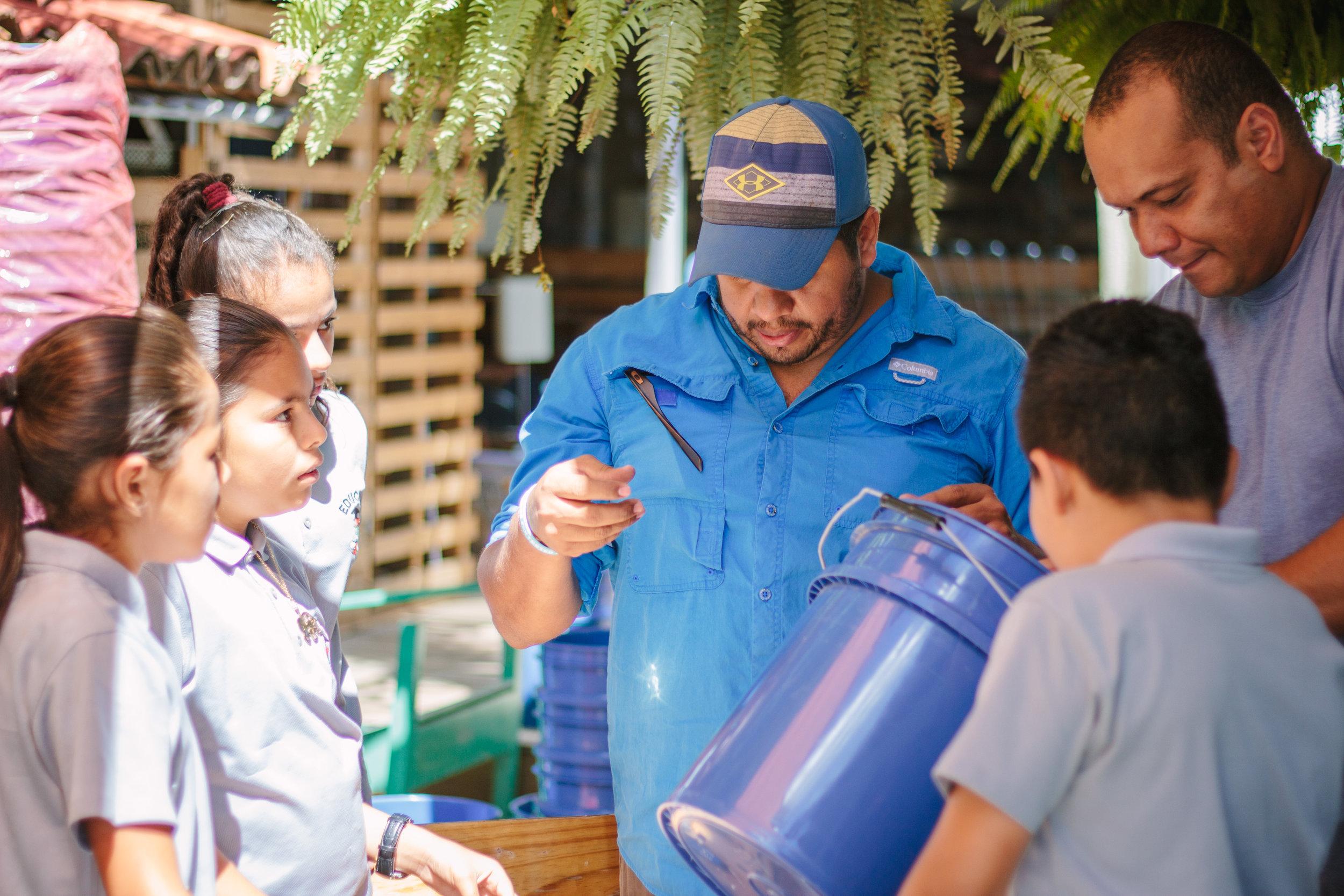 Hope Coffee - Water Filters Armado con Voluntarios (3 de 51).jpg