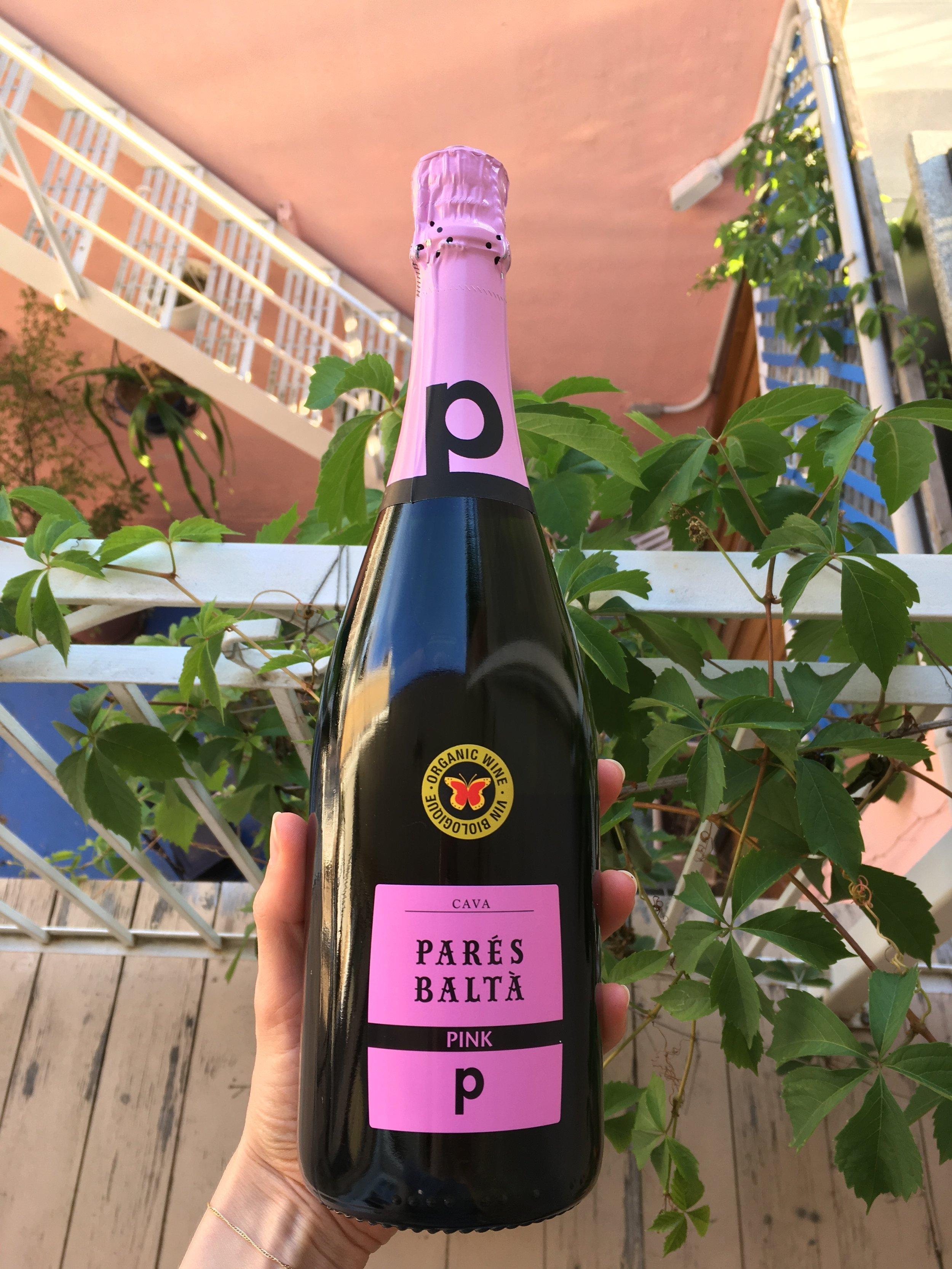 En vedette aujourd'hui, le Pink Cava de Parés Baltà. - Il est composé de grenache (38%), parellada (32%) et maccabeu (30%), tous trois des cépages indigènes.La seconde fermentation se fait en bouteille, comme en Champagne (méthode traditionnelle).En SAQ à 17,70$.