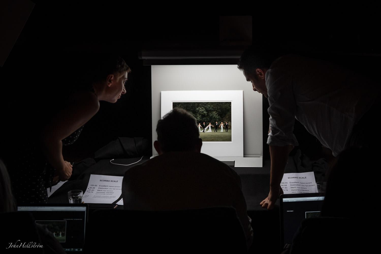 Den internationella juryn bedömer en av John Hellströms bilder, som vann silver i klassen Bröllop