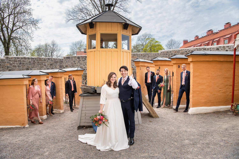 Bröllopsgästerna kommer fram ur cellerna på Långholmens hotell.