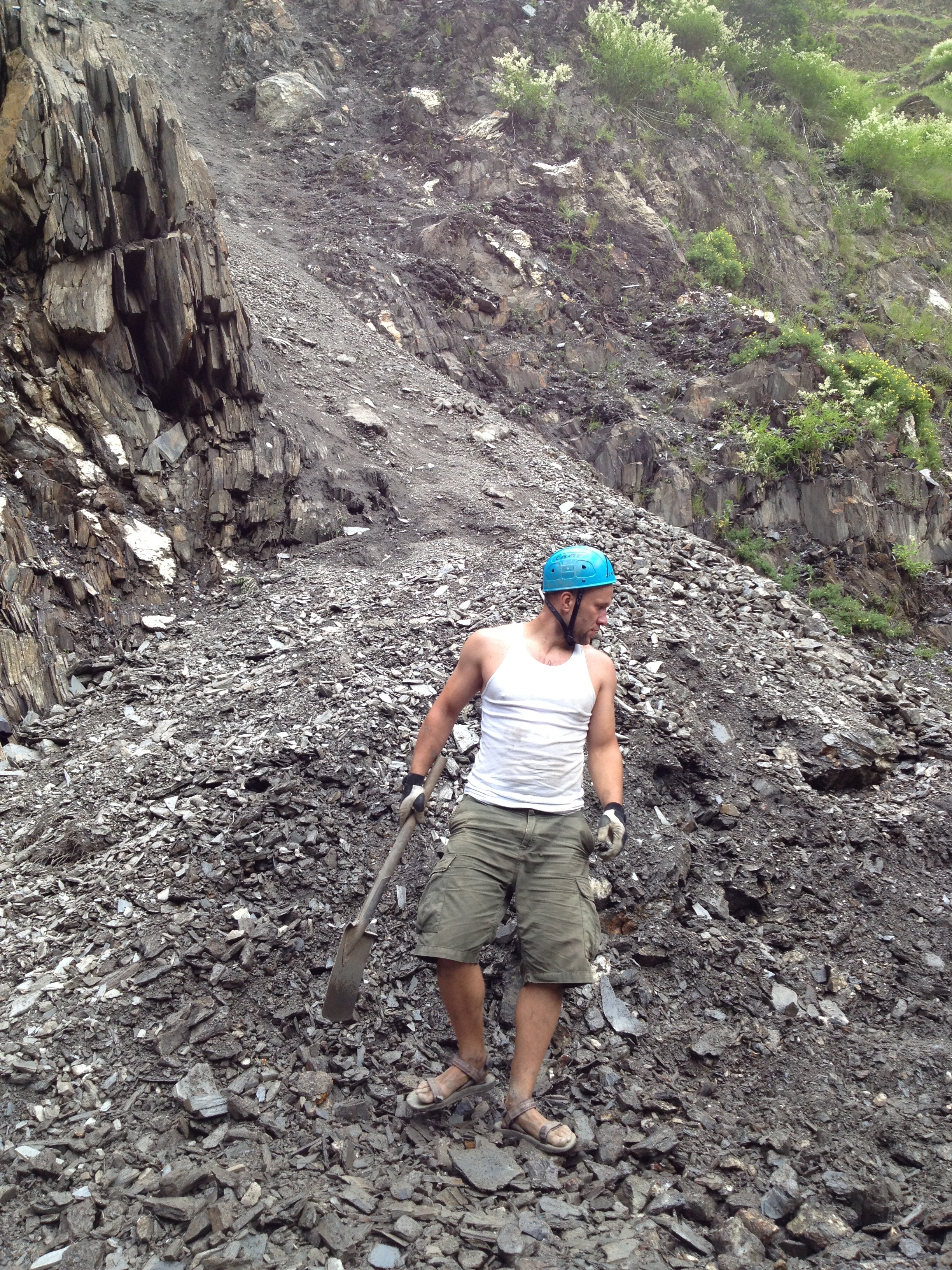 Na zdjęciu autor wpisu odkopuje drogę z lawiny, która zaskoczyła nas podczas jednej z wypraw wysoko w kaukaskich górach.
