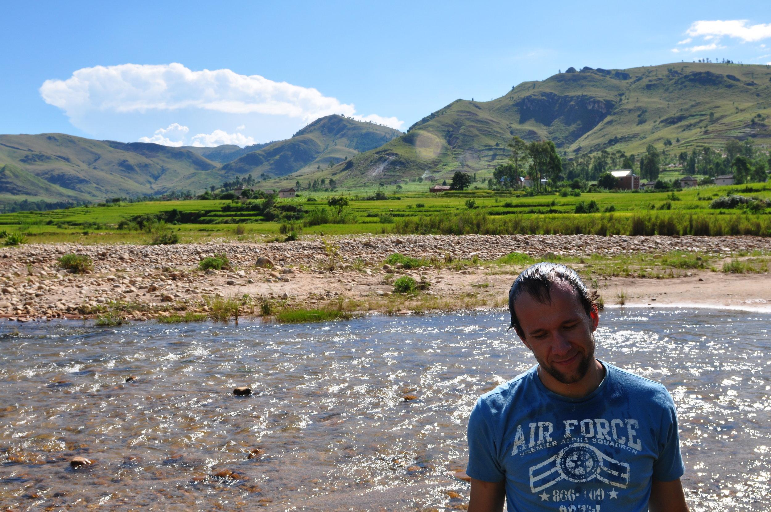 Autor wpisu (dawno temu, bo jeszcze z włosami) gdzieś w dolinie Sahatany na Madagaskarze. Są tam przepiękne turmaliny <3
