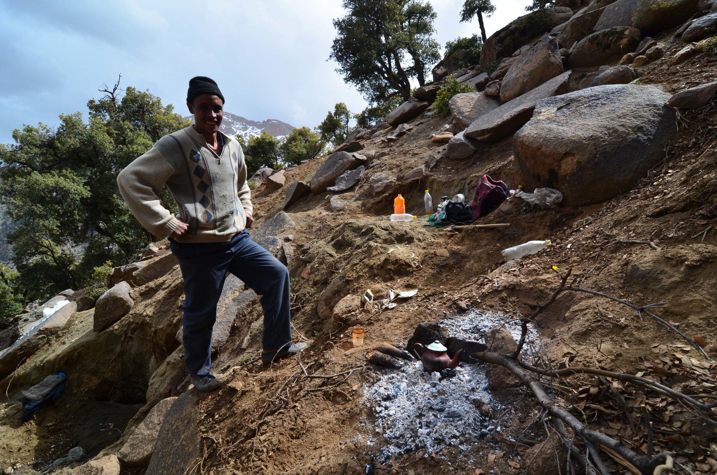 W obozowisku górnika poszukiwacza minerałów, gdzieś wysoko w górach Atlas w Maroku.