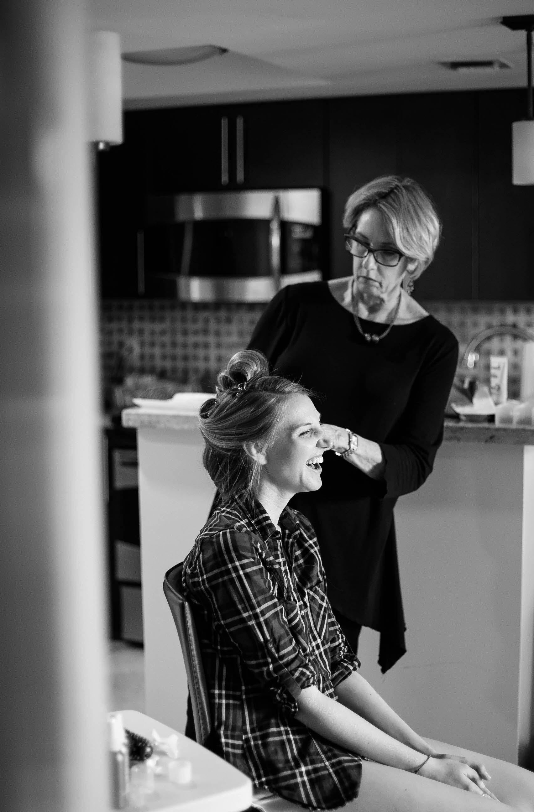 black_and_white_bride_getting_ready_makeup_tiny_house_photo.jpg