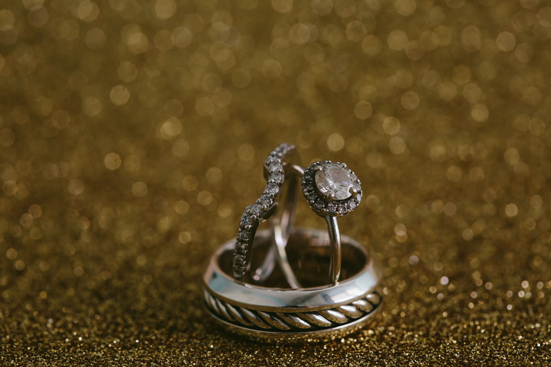 sparkly-wedding-rings-details-macro-tiny-house-photo-photogrpaher.jpg