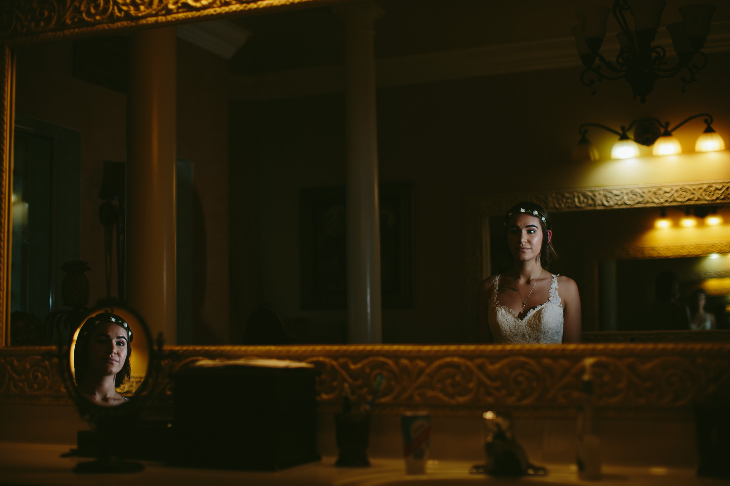bride_portrait_getting_ready_beautiful_timeless_mirrors_tiny_house_hoto.jpg