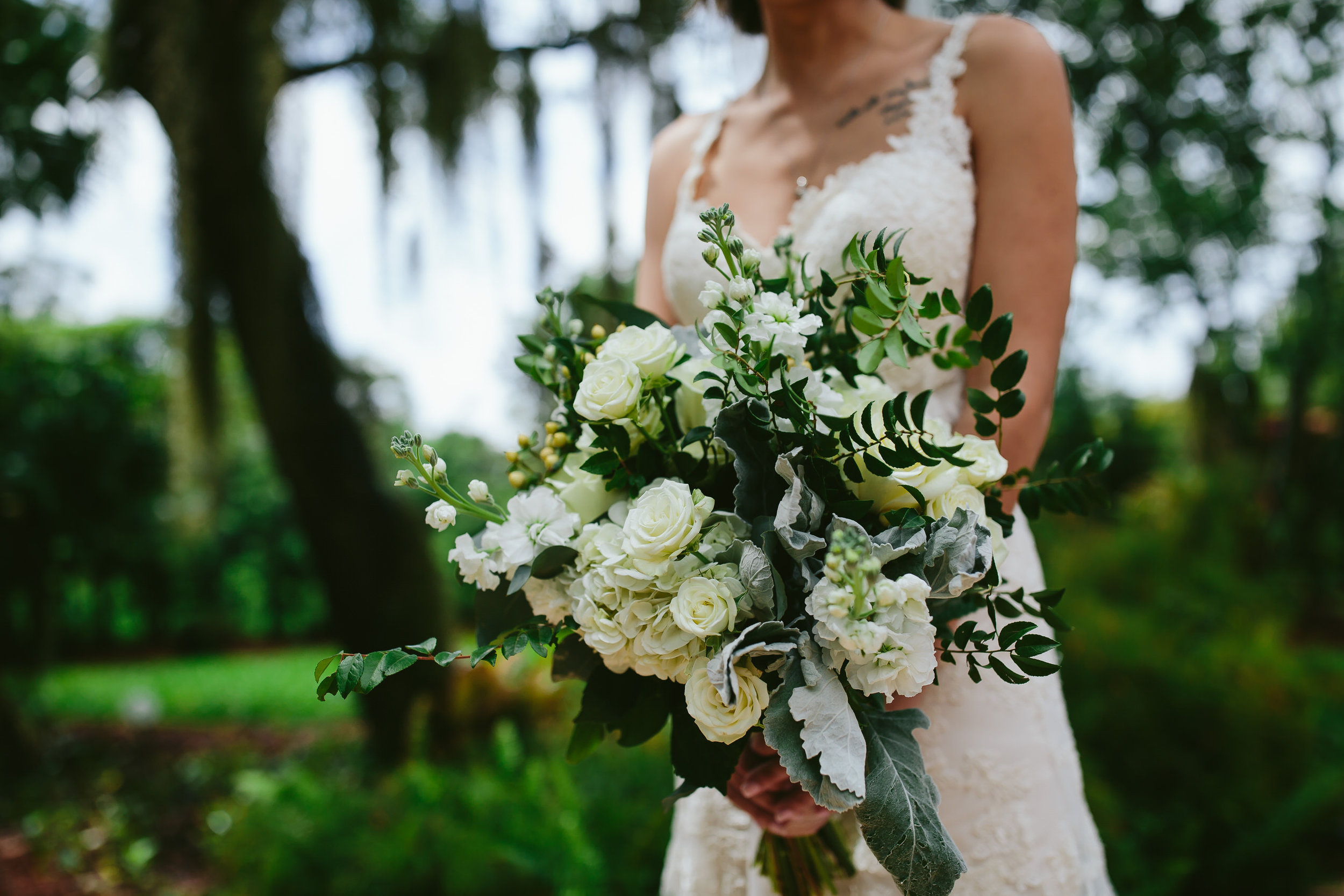 incredible_bridal_bouquet_tiny_house_photo_bride_wedding_day.jpg