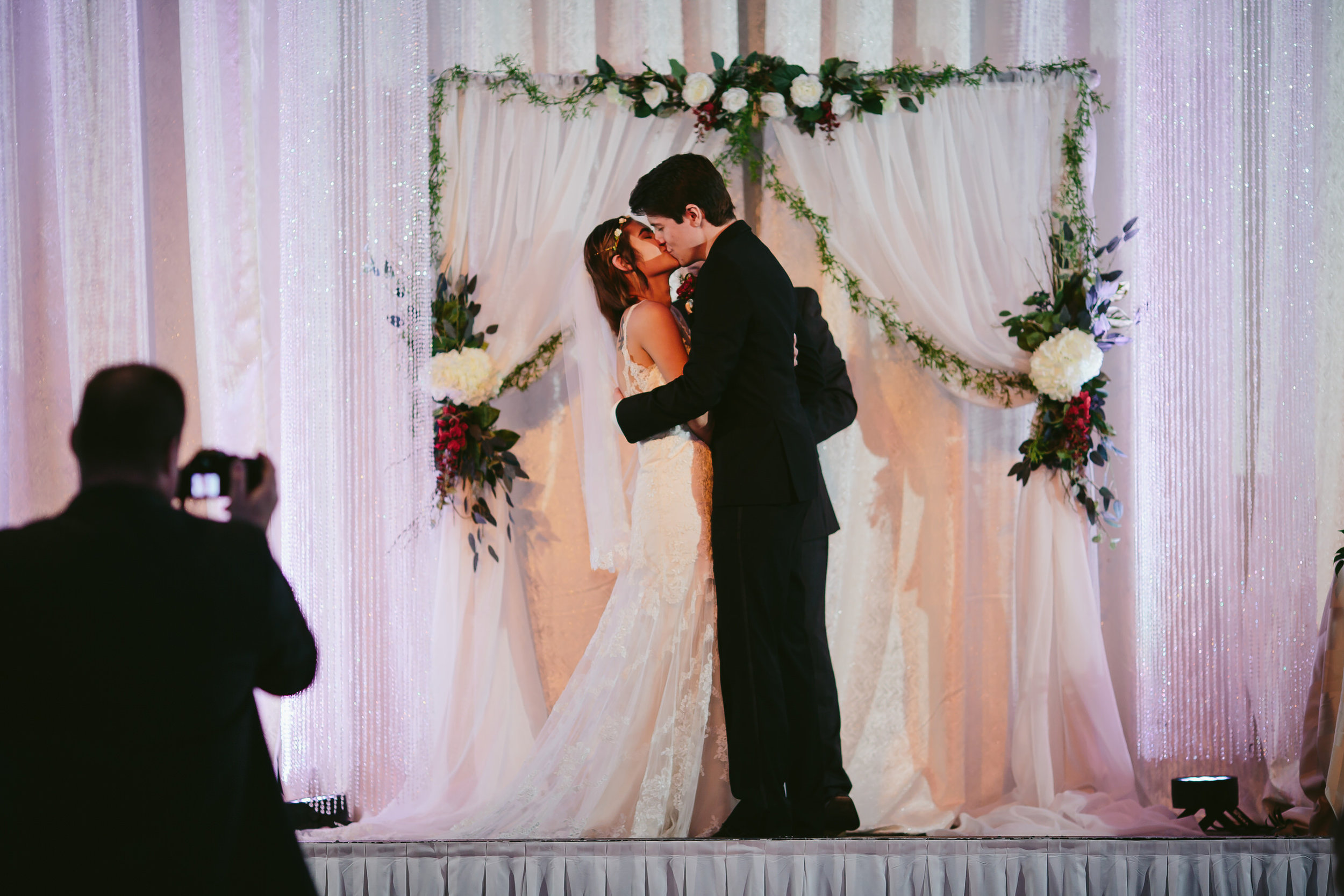 kiss_the_bride_tiny_house_photo_wedding_ceremony.jpg
