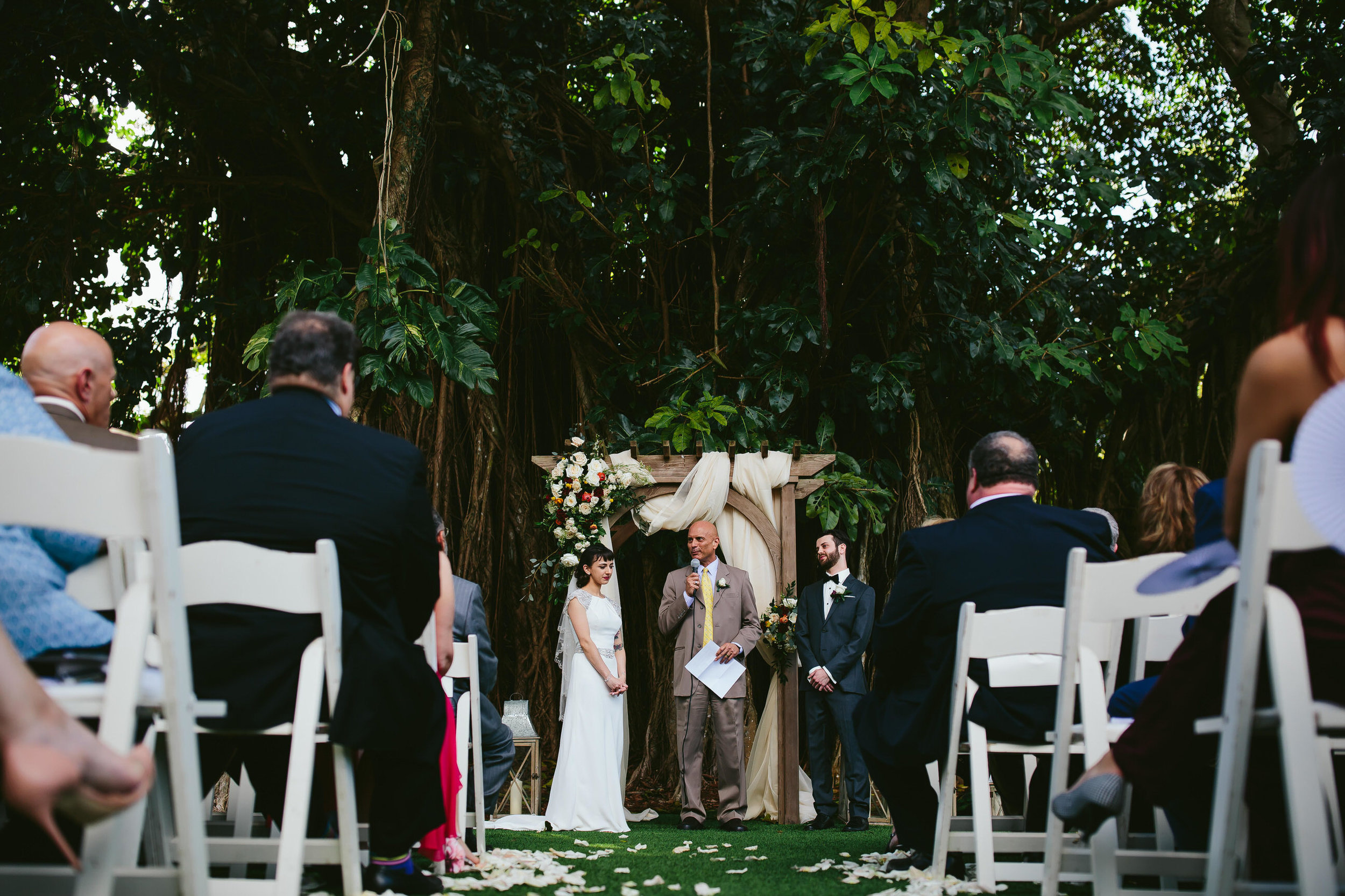 garden-wedding-tiny-house-photo-beautiful-moments-ceremony.jpg