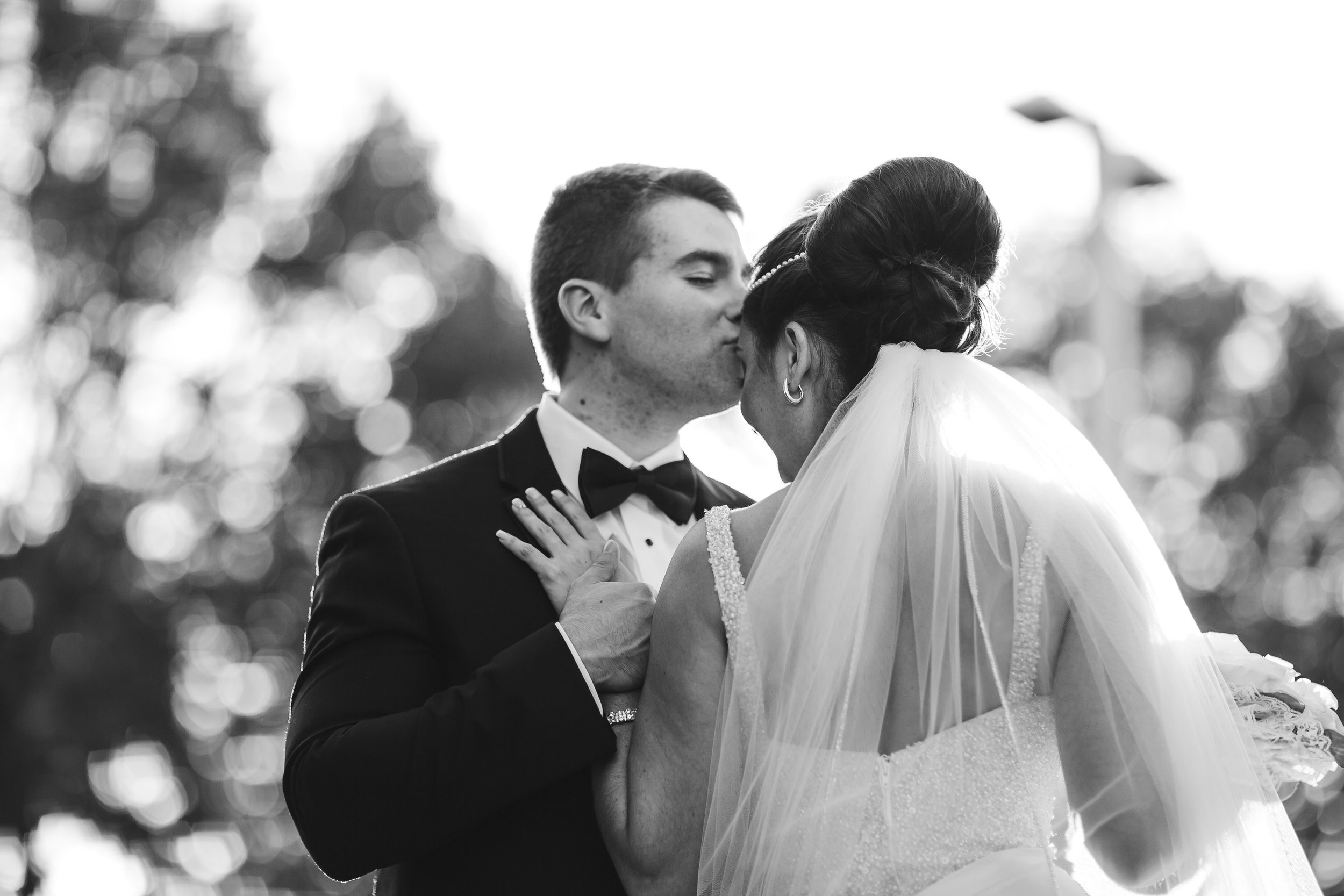 tiny_house_photo_bride_and_goom_kissing_black_and_white_wedding_photography.jpg