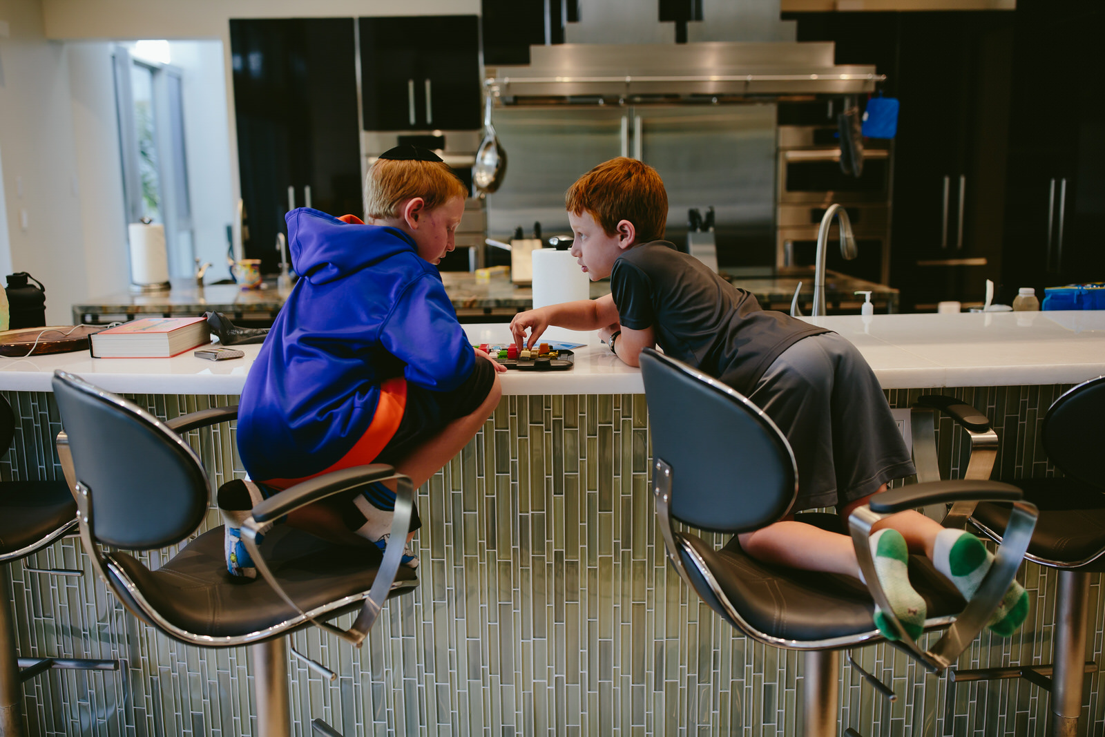brothers_playing_games_tiny_house_hpoto_colorado_photographer.jpg
