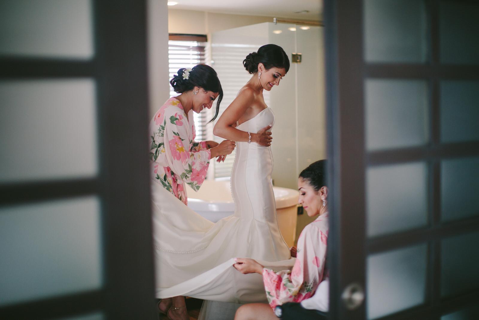 bride_getting_ready_azul_fives.jpg