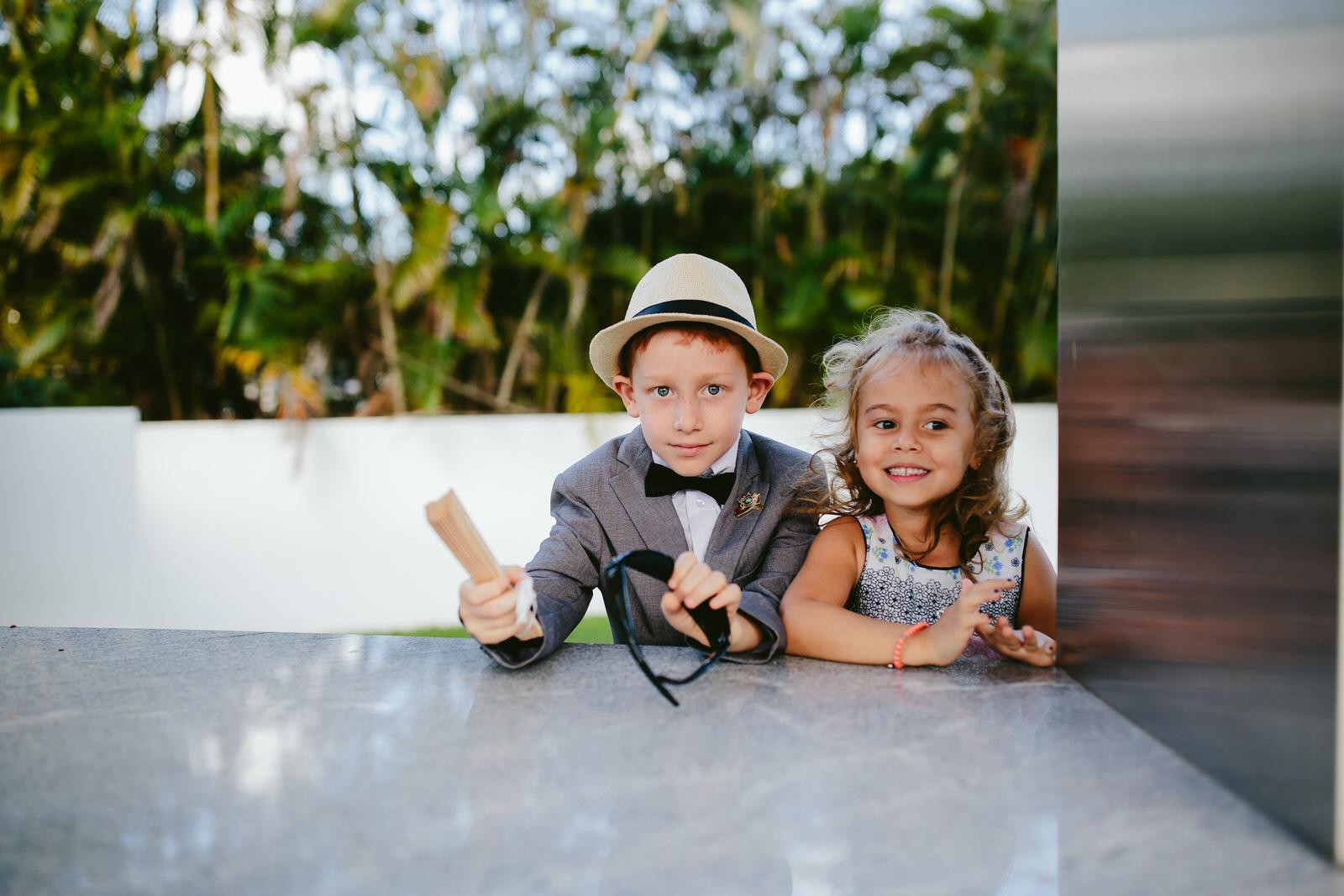 adorable-kids-at-weddings-tiny-house-photo-candid.jpg