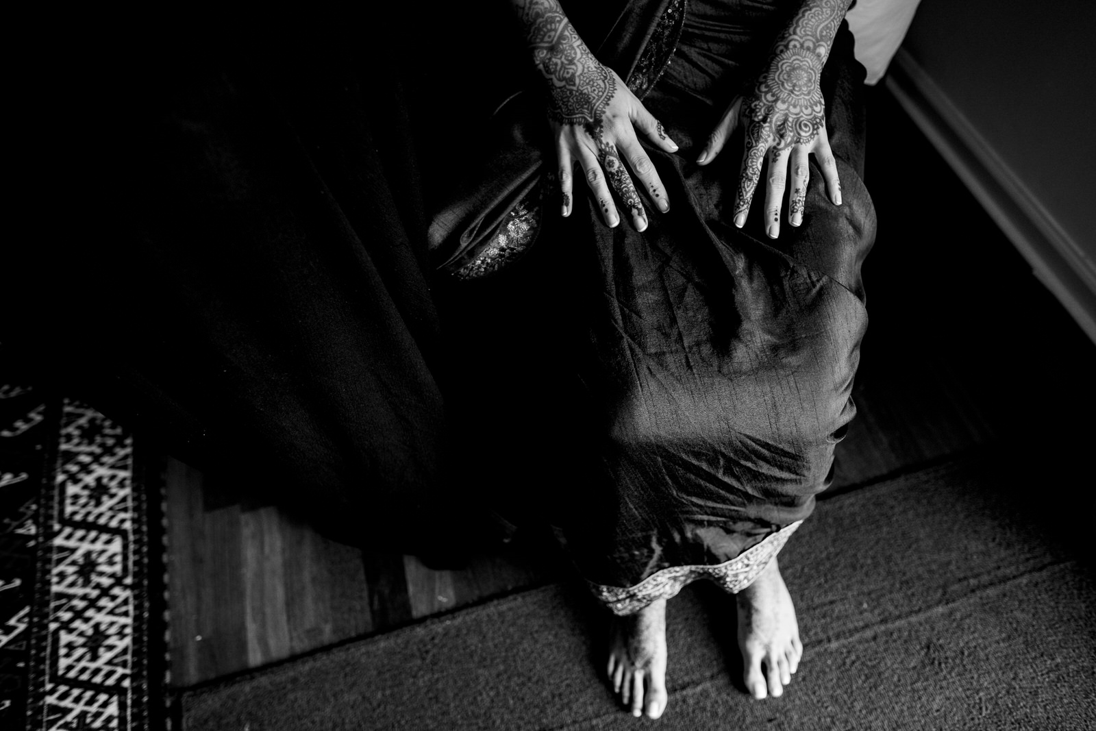 getting-ready-black-and-white-portrait-tiny-house-photo-mendhi-photographer
