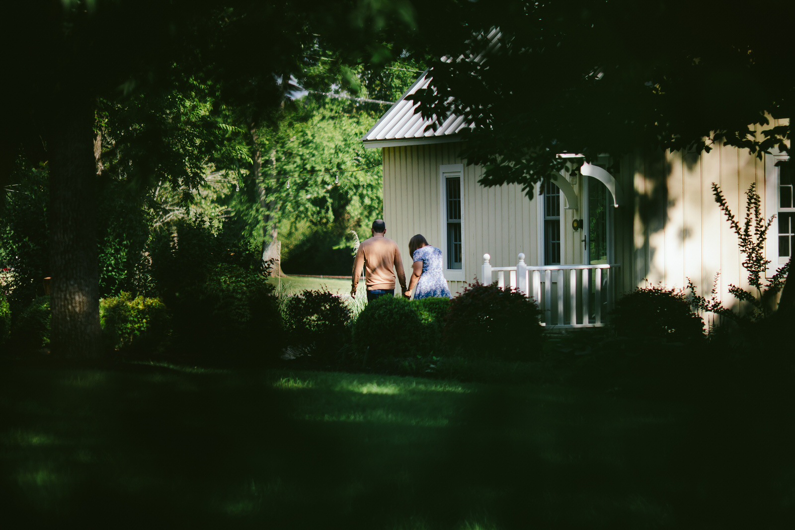 nashville-backyard-proposal-engagement-portraits-tiny-house-photo.jpg