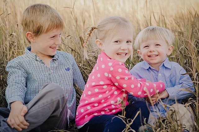 Fall is the perfect time of year to take family photos - the weather, the colors, the cute outfits AND you'll get them back just in time for Holiday Card season. So say hello and let's make some memories 💕📷