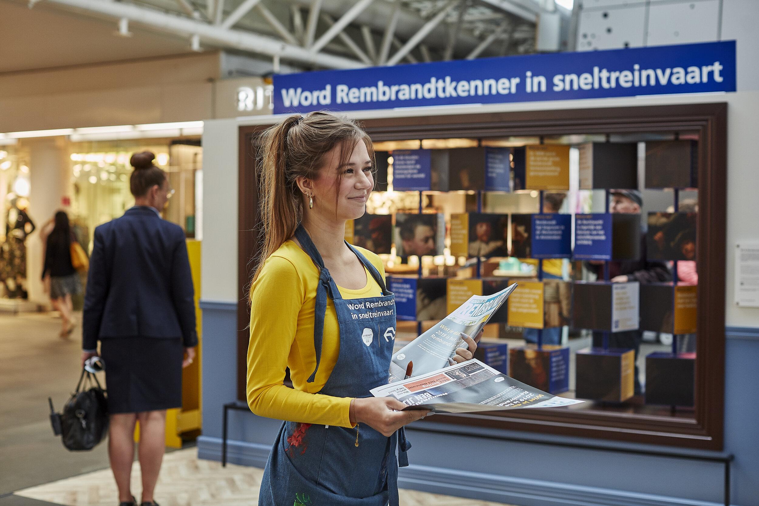 De rondreizende museale live activatie op NS stations vol hapklare 'Wist-je-datjes' over Rembrandt en de Gouden Eeuw.