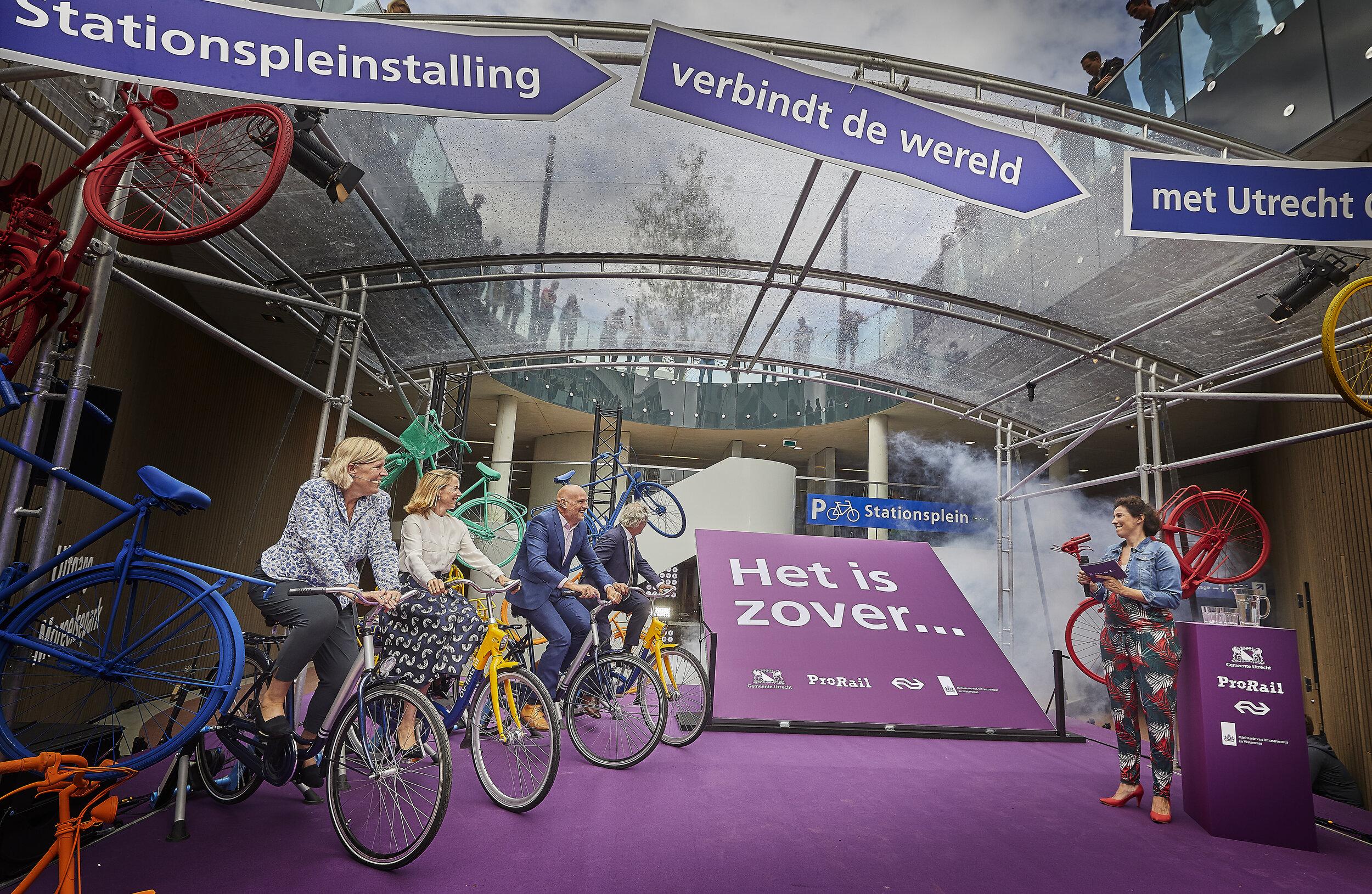 Ex-prof wielrenster en host Marijn de Vries laat het fietsen een keer over aan anderen: Ans Rietstra (ProRail), Stientje van Veldhoven (Min I&W), Victor Everhardt (Utrecht), Roger van Boxtel (NS).
