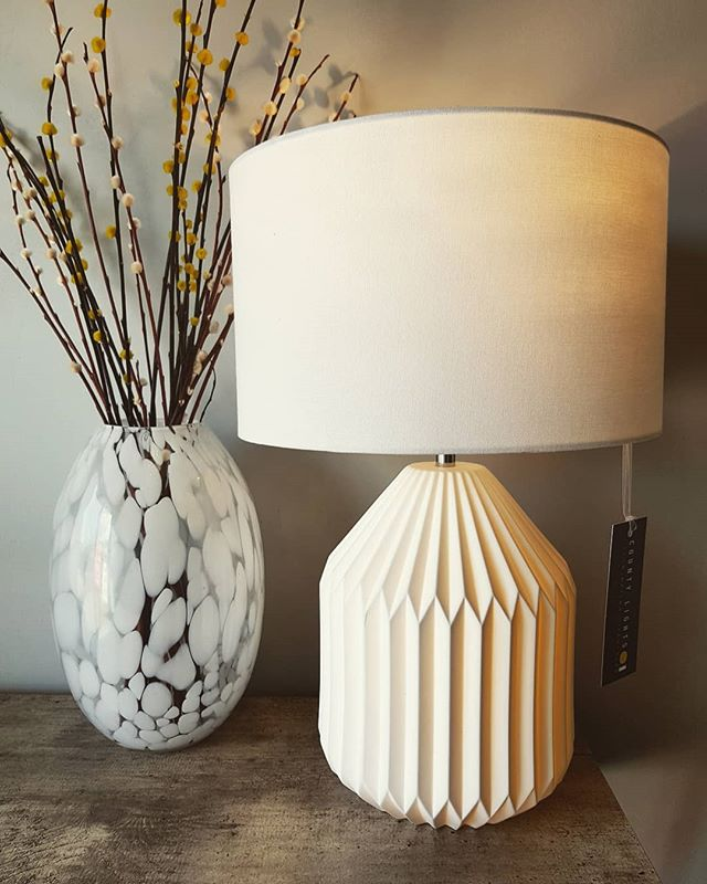Really feeling the joys of spring (or maybe the fact it's Friday). Is anyone else going spring clean mad today or is it just me? 🌱🌼🐝 Ps. This table lamp has a light bulb INSIDE it's base 😍  #countylights #cornwall #lighting #interiors #interiordesign #tablelamp #concretetable #shoplocal #independantretailer