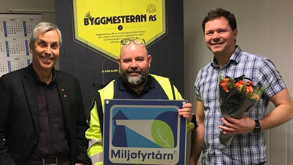 Ordfører Bjørn Iversen, Morten Øyen og Lars Petter Sjøvold med det synlige beviset på sertifiseringen.