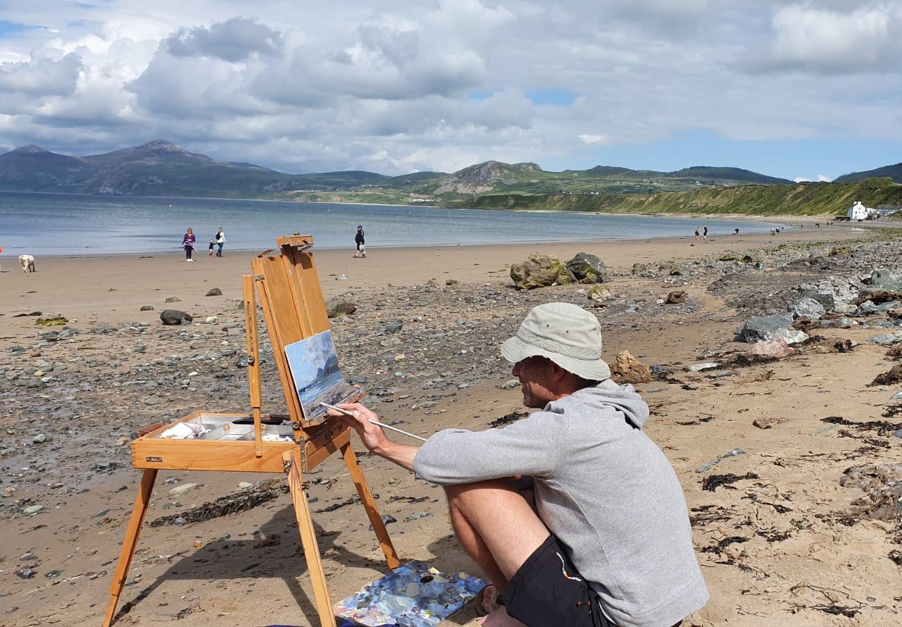 tony-hinchcliffe-painting-on-the-beach.jpg
