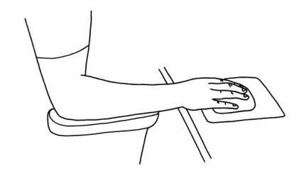 Bra position hand - När man arbetar med datormus är det viktigt att arbetspositionen är bra. Det rekommenderas att hela underarmen är på armstödet och att handleden är i neutral position.Vi kan rekommendera att pröva olika sorters musar. För stor mus gör att handleden böjs uppåt (extension), och kan ge statisk muskelbelastning. Trådlös mus är att föredra, då den lätt kan röras och flyttas. Det kan vara bra att variera mellan att använda mus och tangentbord. Man bör lära sig snabbtangenterna på tangentbordet, så att man lätt kan variera mellan mus och tangentbord, då användning av musen kan ge större statisk muskelbelastning än användning av tangentbord