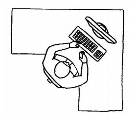 Förslag till placering av utrustning - Personen har gott om plats för underarmarna och möjlighet att använda musen framför tangentbordet.Plattskärmar är att föredra. De avger mindre värme, har lägre elektromagnetiskt fält, flimrar ej, ger ofta bättre bildkvalitet, tar mindre plats, är mindre utsatta för irriterande reflexer, och är lättare att placera. En stor skärm är att föredra för de flesta, speciellt om man har lite dålig syn. Det är bäst om skärmen kan vinklas och roteras. Att ha monitorn vinklad 15-20 grader bakåt ger en bättre arbetsställning för de flesta.