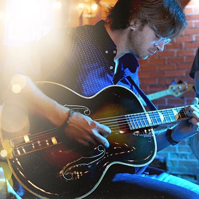 Caught in a moment last night. • • 📸: @samuelsmithdrums  #epiphonedeluxe #vintage #archtop #archtopguitar #prewarguitar #epiphoneguitars #jazzbox #livemusic #epiphone